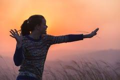 Paysage de coucher du soleil d'amusement de fille Photographie stock libre de droits