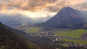 Paysage de coucher du soleil dans les alpes bavaroises, vue à la vallée de loisach Image libre de droits
