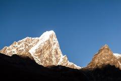 Paysage de coucher du soleil de montagnes, Népal Photographie stock