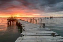 Paysage de coucher du soleil des bateaux de pêche artisanaux dans le vieux pilier en bois photos stock
