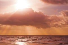 Paysage de coucher du soleil de l'océan pacifique avec des couleurs oranges et roses à Newport, Orégon Images stock