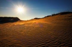 Paysage de désert avec le soleil et le ciel bleu images libres de droits