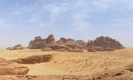 Paysage de désert - montagne de basalte/roches et entran en pierre de tombe photographie stock libre de droits