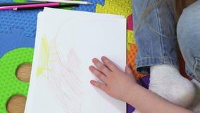 Paysage de dessin de petite fille sur le livre blanc banque de vidéos