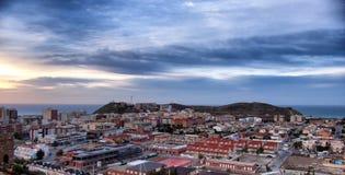 Paysage de dessus de toit de ville espagnole au lever de soleil photos libres de droits