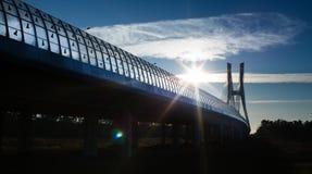 Paysage de faire du pont et du soleil en verre images stock