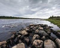 Paysage de fin d'été Rivière de Torne, Kukkolaforsen, Suède Images stock