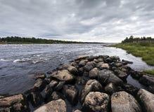Paysage de fin d'été Rivière de Torne, Kukkolaforsen, Suède Photo stock