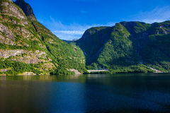 Paysage de fjord avec de hautes montagnes et fjords profonds de N occidental Photographie stock libre de droits