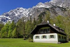Paysage de flanc de montagne de maison de campagne images stock