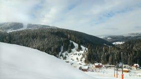 Paysage de forêt d'hiver de station de vacances de ciel de montagne au snezcow C de cosse de PEC Image stock