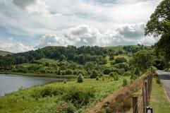 Paysage de forêts et de montagne d'été dans la vallée d'élan du Pays de Galles Photographie stock libre de droits