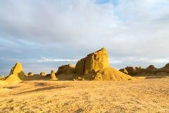 Paysage de forme de relief d'érosion de vent du Xinjiang au crépuscule photos stock