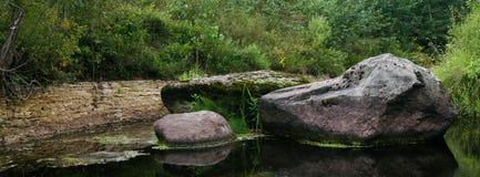 Paysage de grandes pierres en rivière moyenne Photos libres de droits