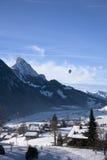 Paysage de Gstaad en Suisse, avec la neige en hiver, avec a Photos stock