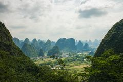 Paysage de Guilin, montagnes de Karst Situé près de Yangshuo, GUI Images stock