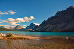 Paysage de Hector Lake bleu en parc national de Banff, Canada Photo stock