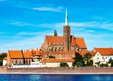 Paysage de l'église au-dessus de la rivière, la vieille ville de Wroclaw, Pologne, l'église antique, l'architecture de la ville image stock