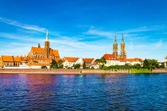 Paysage de l'église au-dessus de la rivière, la vieille ville de Wroclaw, Pologne, l'église antique, l'architecture de la ville images stock