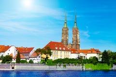Paysage de l'église au-dessus de la rivière, la vieille ville de Wroclaw, Pologne, l'église antique, l'architecture de la ville photo libre de droits