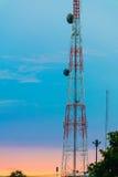 Paysage de l'émetteur téléphonique avec beau tropical Photos stock