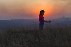 Paysage de l'adolescence de coucher du soleil de fille Images stock