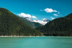 Paysage de l'Alaska avec la forêt verte, moutains de rivière avec la neige Images libres de droits