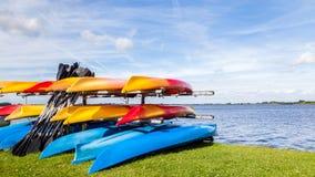 Paysage de l'eau avec les canoës de location colorés photo stock
