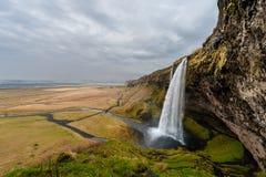 Paysage de l'Islande Cascade à écriture ligne par ligne de Seljalandsfoss Photo libre de droits
