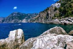 Paysage de l'Italie - plage et montagnes de côte d'Amalfi Photographie stock libre de droits
