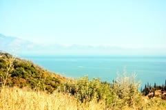 Paysage de l'océan et des clairières dans la perspective des montagnes images stock