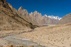 Paysage de la famille de tour de Trango, de la flèche de Lobsang et de la rivière, K2 TR images libres de droits