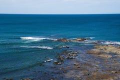 Paysage de la ligne de côte de roche océan bleu profond de plage avec le beautifu photos stock