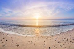 Paysage de la rive au coucher du soleil avec le soleil au-dessus de l'horizon photographie stock libre de droits