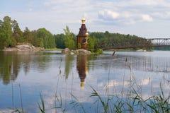 Paysage de la rivière de Vuoksa avec l'église en bois de l'apôtre Andrew Première appelée Russie photos libres de droits