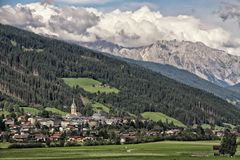 Paysage de la ville autrichienne sous les collines image stock