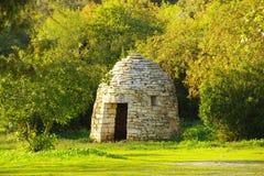 Paysage de LaArdèche dans les Frances Une hutte de pierres sèches est un type de bâtiment de pays, établi entièrement sans Photo libre de droits