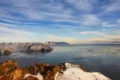 Paysage de lac Baikal d'hiver avec Sun sur le ciel bleu Photographie stock libre de droits
