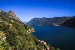 Paysage de lac et de montagne Photographie stock
