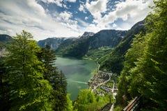 Paysage de lac et de ville Hallstatt Photos stock