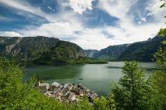 Paysage de lac et de ville Hallstatt Image stock