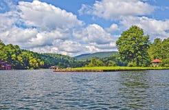 Paysage de lac et de montagnes pendant l'été Images libres de droits
