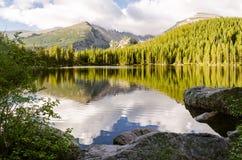 Paysage de lac glaciaire de montagne rocheuse Images stock