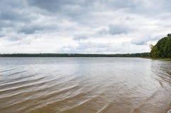 Paysage de lac le jour sombre Image stock