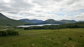 Paysage de lac mountain le long de l'A82 en Ecosse Image stock