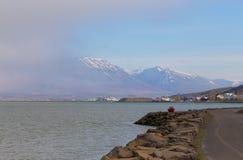 Paysage de lagune de mer de ville d'Akureyri en Islande Images libres de droits