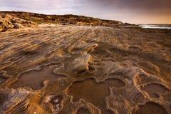 Paysage de lever de soleil d'océan avec des nuages et des roches de vagues Images libres de droits