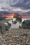 Paysage de lever de soleil de roche d'arc-fidle sur la c?te de l'Ecosse le matin nuageux photos stock