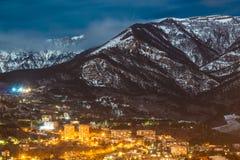 Paysage de lumière de ville de montagne de neige de nuit Photos libres de droits