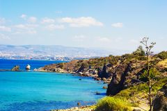 Paysage de méditerranéen, des falaises et des montagnes dans la distance photo libre de droits